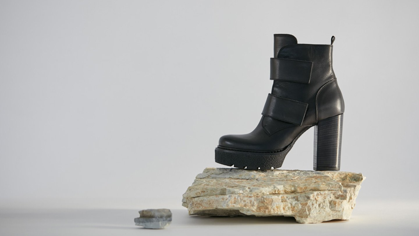 Vicmatie Boutique Online Vic Mati Woman Shoes And Accessories D Island Casual Zappato England Suede Black Ankle Boots With Velcro Straps